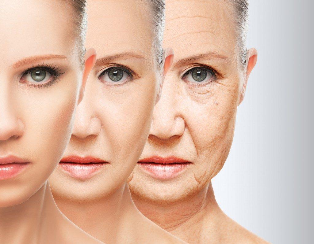 〈40代でも若々しい肌でいたい!〉 40代になると途端に老けて見られる人とまだまだ30代前半くらいに若く見られる人の両極端に分かれたりします。両者の違いは顔のしわ!同じ40代でも顔のしわがあるかないかで見た目年齢はここまで差が出てしまうのです。 年齢と共に見た目が変化していくのは仕方のないこと。しかし、女性ならばいつまでも若々しい姿でいたいと思うはず!特に肌は女性がもっとも気にする部分でもありますから、年を重ねるにつれてスキンケアにも力を入れていきたいですね。 40代になって急に顔のしわが目立ち始めるのには主に2つの原因があります。1つは肌の乾燥によってハリとうるおいが失われてしまうから。もう1つは顔の筋肉の衰えによるたるみです。 この2つの原因はスキンケアによって大幅に改善できます。40代を過ぎても若々しい美肌でいたいと願うのであれば、自分の年に合わせたスキンケアを研究していきましょう。スキンケアの方法次第で肌はいくらでも若返ります。 〈乾燥は最大の敵!〉 40代を超えてからの肌にとって最大の敵は乾燥です。いままで乾燥肌でなかった人も40代を超えたら急に肌がかさつき始めたりします。40代はとにかく肌からうるおいが失われていく年齢なのです。 先ほど述べた通り顔にしわができる原因の1つは乾燥による肌のハリとうるおいの喪失。乾燥はさまざまな肌トラブルを引き起こすだけでなく、それを原因とした肌の老化を加速させていきます。 まだ肌の乾燥がそれほど気にならなかったとしても、40代を超えたら毎日しっかりと保湿するように心がけましょう。自分では気が付かなくても肌のうるおいは年齢と共に確実に失われています。しわができてしまってから乾燥対策をするのではなく、しわができる前に対処するようにしましょう。 肌の保湿をするのは基本的に朝と夜。また、朝は洗顔料を使っての洗顔は避け、ぬるま湯で洗うだけにとどめることをおすすめします。肌のうるおいが失われていく年代で1日に2回も洗顔をするのは、乾燥を悪化させるだけの行為となってしまいます。 ぬるま湯で顔を洗った後は化粧水、美容液の順番で付けていき保湿のための乳液やフェイスクリームは一番最後につけるようにしましょう。洗顔→化粧水→美容液→乳液の順番は夜のスキンケアでも同じです。 夜は洗顔料を使った洗顔をするようにしましょう。このとき必ずクレンジングで化粧を落としてから洗顔するようにしてください。 よく化粧落としと洗顔を一緒にしてしまう人がいますが、化粧をしている状態で顔を洗ってもファンデーションや化粧下地が毛穴につまり、肌トラブルの原因となってしまいます。 洗顔はすっぴんで行うのが基本ですから、初めに化粧を落とすということを忘れないようにしましょう。 洗顔は美肌のために必要不可欠なスキンケアではありますが、やりすぎると肌からうるおいを奪ってしまいます。洗顔料を選ぶ際は保湿成分を含んでいるものを購入するようにしましょう。 〈生活習慣から美肌をつくろう!〉 顔のしわ対策は外側からのスキンケアだけでなく内側からのスキンケアも有効です。肌は普段の生活習慣がよく反映される部分でもあります。つまり不健康な生活を送っていると肌も不健康な状態になっていくということです。 まず一番に注意しなければならないのが寝不足です。睡眠の不足は身体にも肌にも悪影響しかありません。特に肌にはしわだけでなく、クマやむくみなどの症状も引き起こします。毎日質の良い睡眠をとるよう心がけましょう。 睡眠の次に食生活も見直してみる必要があります。脂質や糖分の摂り過ぎは、肌の老化につながります。40代を過ぎたら、脂っこい食べ物や甘いお菓子は控えるようにしましょう。 美肌に有効と言われているのはビタミンやコラーゲンを含む食べ物です。たとえばレモンやゆずなどの果物、パプリカやブロッコリーなどの緑黄色野菜、大豆製品やアーモンドなどもしわ対策に効果があります。 年を重ねていくと基礎化粧品にだけ頼ったスキンケアには限界があります。美肌は健康な身体から作られると考えるようにしましょう。まずは、自身の生活習慣から見直してみることをおすすめします。 〈毎日マッサージとストレッチ!〉 しわは顔のマッサージやストレッチをすることによって解消できます。前述した通り、しわの原因の1つは顔の筋肉の衰えによるたるみです。 加齢と共に肌だけでなく体全体の筋肉は日々衰えていきます。しかし、こうした衰えは日々のマッサージやストレッチによっていくらでも解消できるのです。 毎日入浴時や寝る前に肩をぐるぐる回したり、上下に上げ下げしたりして肩の凝りをほぐしましょう。また、両目を強く握ったり、また大きく開いたりするマッサージ方法も効果的です。 しわは顔の筋肉の衰えが原因となりますが、肩から首に掛け